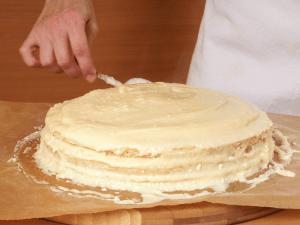 Frrosting a cake